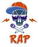 Logotipo o etiqueta del vector de la m?sica de Hip Hop con el cr?neo travieso y dos los micr?fonos cruzados como la bandera pirat stock de ilustración