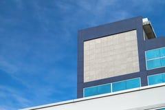 Logotipo o señalización de Mockup Company en el edificio en la ciudad Imagen de archivo libre de regalías