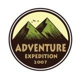 Logotipo para a aventura de acampamento, os emblemas, e os crachás da montanha Acampamento em Forest Vetora Circle Illustration T Imagens de Stock
