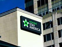 Logotipo prolongado da estada no lado de uma construção fotos de stock