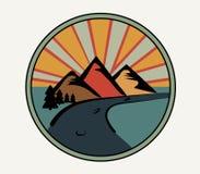 Logotipo redondo en estilo retro Montañas, bosque y camino en el fondo de la puesta del sol Emblema del club o paisaje turístico  stock de ilustración
