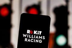Logotipo ROKiT Williams Racing Formula 1 da equipe na tela do dispositivo móvel Williams contesta o campeonato mundial do motorsp fotos de stock