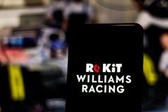 Logotipo ROKiT Williams Racing Formula 1 da equipe na tela do dispositivo móvel Williams contesta o campeonato mundial do motorsp fotografia de stock royalty free