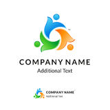 Logotipo torcido colorido brilhante com povos unidos Foto de Stock Royalty Free