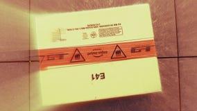 Logotipo video del Amazon Prime en el paquete del cartón de la caja de cartón almacen de metraje de vídeo