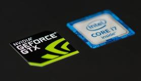 Logotipos de NVIDIA y de INTEL en el ordenador portátil imagenes de archivo