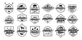Logotipos determinados que ponen letras blancos y negros de la aventura con los marcos del oro Logotipos del vintage con las mont libre illustration