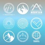 Logotipos y emblemas de la montaña del vector Imagen de archivo