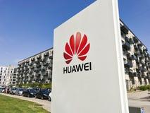 Logotype di Huawei sul segno bianco del pannello con chiaro cielo blu e costruzioni moderne nei precedenti Copi lo spazio fotografie stock libere da diritti
