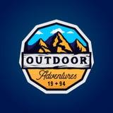 Logotype extérieur de camp et de montagnes, insigne coloré moderne d'aventures extérieures illustration de vecteur