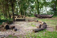 Logs em torno do acampamento fotografia de stock royalty free