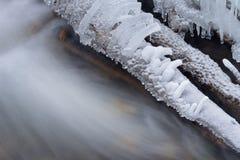 Logs et crique glacés photos stock