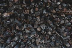 Logs ou pilhas de madeira desbastadas secas da lenha de Brown empilhados para o inverno Foto de Stock