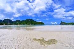 Loh Dalum zatoka przy niskim przypływem przy Phi Phi wyspą Obraz Royalty Free