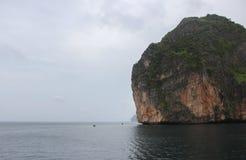 Loh samah zatoka przy phiphi wyspą, krabi Tajlandia fotografia stock