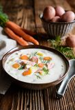 Lohikeitto, traditionele zalmsoep met aardappel, wortel en dille royalty-vrije stock afbeelding