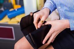 Lohn für Kauf Schöne weibliche Hände öffnen Geldbeutel Lizenzfreies Stockbild