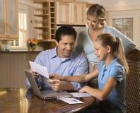 Lohnlisten der Familie auf Computer. Stockbilder
