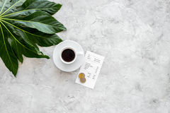 Lohnrestaurantrechnung Bill, Bankkarte, prägt nahe Tasse Kaffee auf copyspace Draufsicht des Leuchtpults Stockfoto