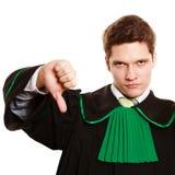 loi Équipez l'avocat dans la robe polonaise montrant le pouce vers le bas Image stock