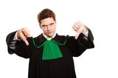 loi Équipez l'avocat dans la robe polonaise montrant le pouce vers le bas Photographie stock