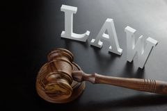 Loi blanche de signe et juges Gavel sur le fond noir Photo stock