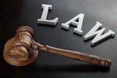 Loi blanche de signe et juges Gavel sur le fond noir Images stock