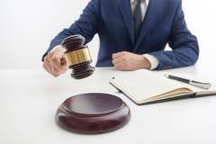 Loi, conseil et concept de services juridiques Avocat et mandataire ayant la réunion d'équipe au cabinet d'avocats photographie stock libre de droits