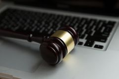 Loi de Cyber ou concept d'Internet de crime Juge le marteau sur l'ordinateur portable de clavier image stock