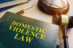 Loi de violence familiale sur une table photos stock