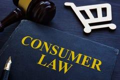 Loi du consommateur, marteau et caddie sur un bureau image libre de droits