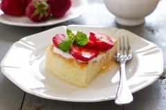 Loi-gros gâteau au fromage avec les fraises et le miel photos stock