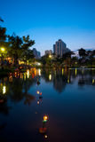 Loi Krathong blå timme Lake Arkivbilder