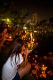 Loi Krathong ung Lady Wishing Royaltyfri Bild