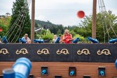 Loifling, Alemania - 26 de julio de 2018: La gente se está divirtiendo que tira de los cañones del juguete Piratas de la atracció imagen de archivo libre de regalías