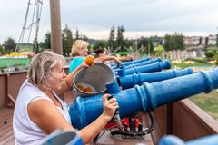 Loifling, Alemania - 26 de julio de 2018: Las mujeres se están divirtiendo en piratas de la atracción del Caribe en Churpfalzpark imagen de archivo libre de regalías
