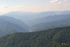 Loin au-dessus des montagnes brumeuses photos libres de droits