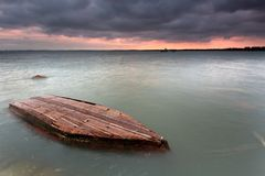 Lointain dans le bateau submergé Photos stock