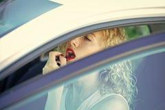 Lois du trafic Femme ou fille appliquant le rouge à lèvres rouge sur des lèvres dans la voiture images stock