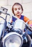 Lois pour d'enfant de conducteurs le concept 18 au-dessous de Portrait de la petite fille mignonne d'enfant de motard s'asseyant  photos libres de droits