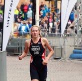 Lois Rosindale, die in den Triathlon läuft Stockfotografie