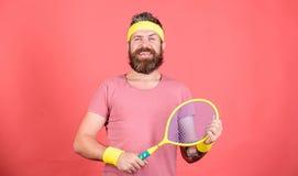 Loisirs actifs de tennis Mode de cru de joueur de tennis Sport et divertissement de tennis Raquette de tennis de prise de hippie  photo libre de droits