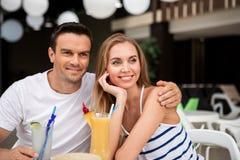 Loisirs admiratifs de couples affectueux ensemble Photo stock