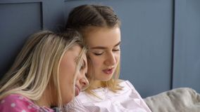 Loisirs d'amis faisant confiance à parler de filles de relations images libres de droits