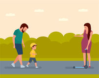 Loisirs de famille Jeunes adultes Famille sur une promenade en parc la mère encourage le fils à monter un scooter Images libres de droits