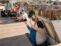 Loisirs de la jeunesse d'amis de partie de dessus de toit bonjour insouciants photographie stock libre de droits