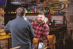 Loisirs de week-end Relaxation de vendredi dans le bar Amis d?tendant dans le bar Conversation amicale avec l'?tranger Hippie bru image libre de droits