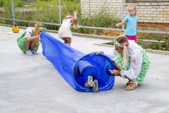 Loisirs des enfants préscolaires Animateurs à une partie d'enfants Jeux de action et se développants pour des enfants Images stock
