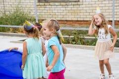Loisirs des enfants préscolaires Animateurs à une partie d'enfants Jeux de action et se développants pour des enfants Photographie stock
