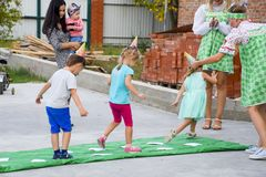 Loisirs des enfants préscolaires Animateurs à une partie d'enfants Jeux de action et se développants pour des enfants Photo stock